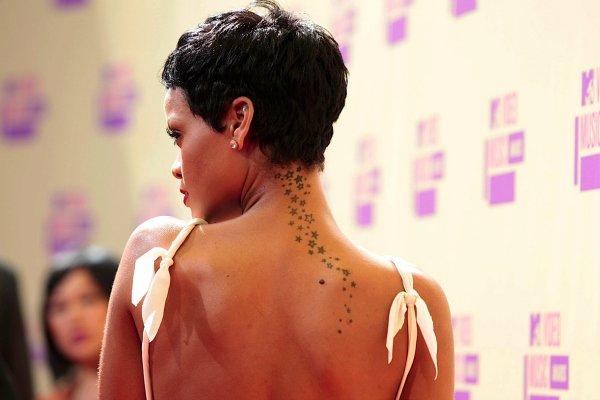 Татуировки рианны на спине