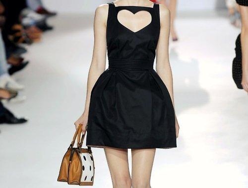 Маленькое черное платье с вырезом на