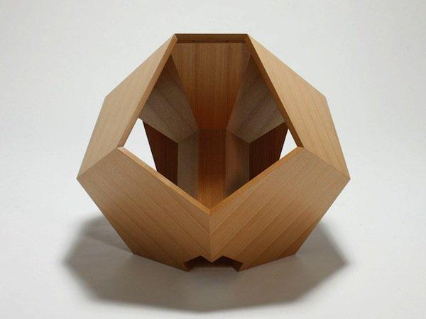 Геометрическая фигура додекаэдр (двенадцатигранник) вдохновила японского дизайнера Хироаки Сузуки (Hiroaki Suzuki) на создание необычного кресла.