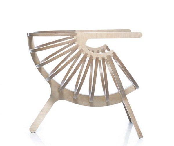 Симетричное с обоих сторон кресло Shell Chair от студии дизайна Branca-Lisboa по своей форме напоминает ракушку.