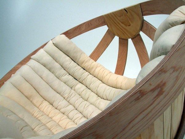 Целая группа дизайнеров (Richard Clarkson, Grace Emmanual, Kalivia Russel, Eamon Moore, Brodie Cambell, Jeremy Brooker, Joya Boerrigter) из Новой Злаендии потрудилась над созданием кресла-качалки из согнутых брусков фанеры.