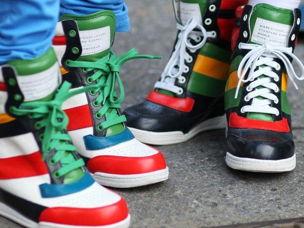 Тренд — кроссовки, кеды на танкетке