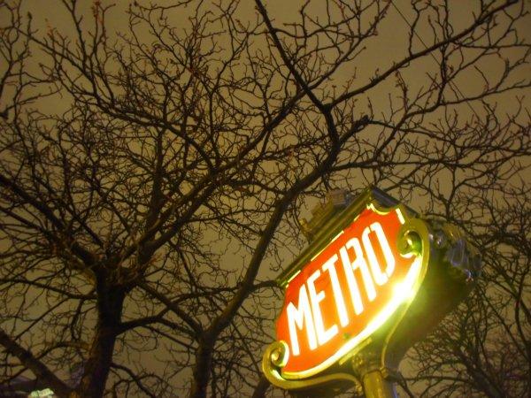 Типичный знак входа в парижское метро