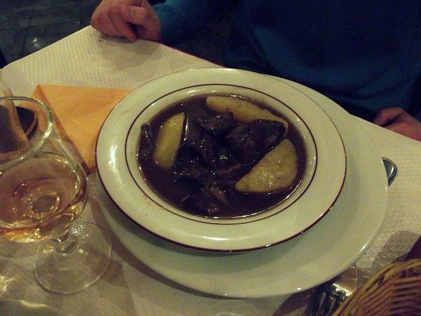 Говядина с картофелем в красном вине