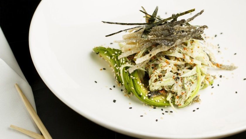 Азиатский салат из шкуры лосося с сивид, слайсами огурца, спелым авокадо, икрой тобико, японским майонезом и кунжутом, 205 грн