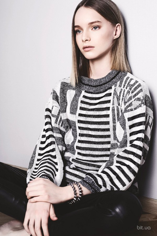 Досье: - имя, возраст - род деятельности (где и кем работает) - образование - семейное положение  Елена Мигдисова, 27 лет основатель и дизайнер модного дома OBRANI  высшее экономическое замужем, воспитывает сына