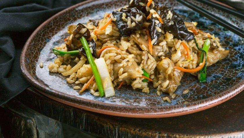 Жареный рис WOK с овощами и древесными грибами