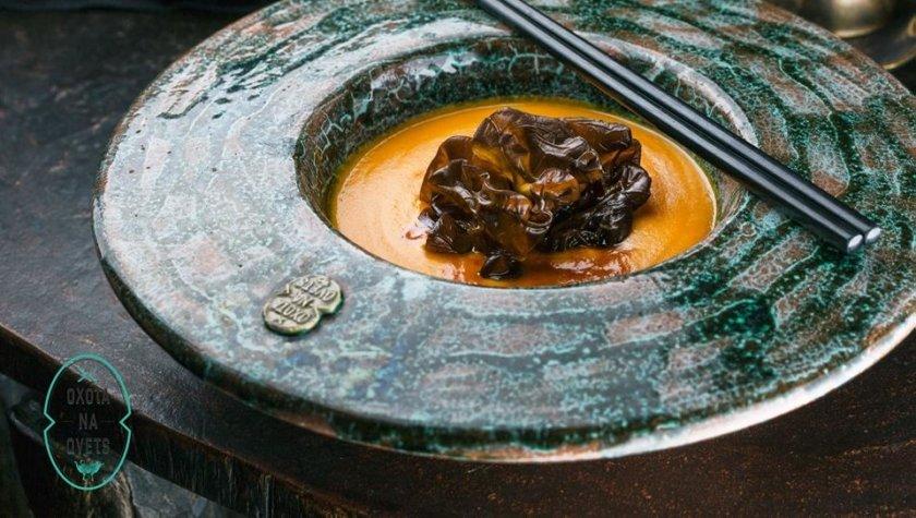 Тыквенный крем-суп с древесными грибами и кокосовым молоком