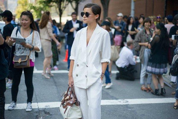 Как правильно носить белый брючный костюм (4)