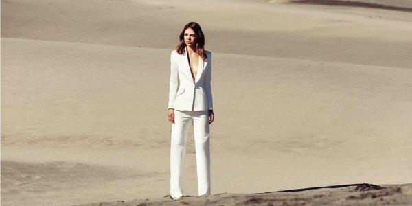 Как правильно носить белый брючный костюм