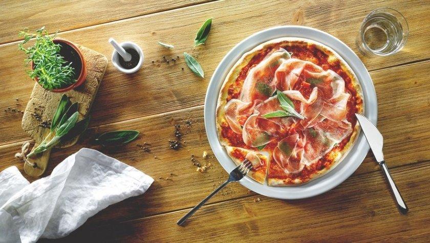 Пицца на томатном соусе с прошутто