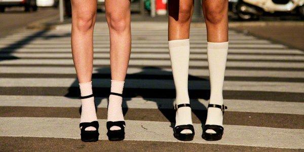 Белые носки как центральный элемент образа