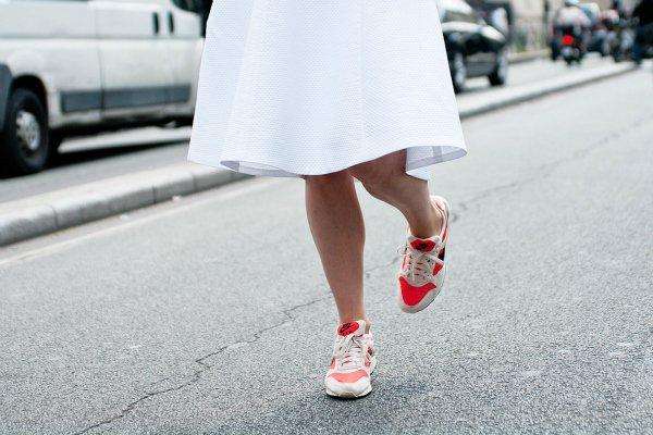 Кроссовки с белой юбкой