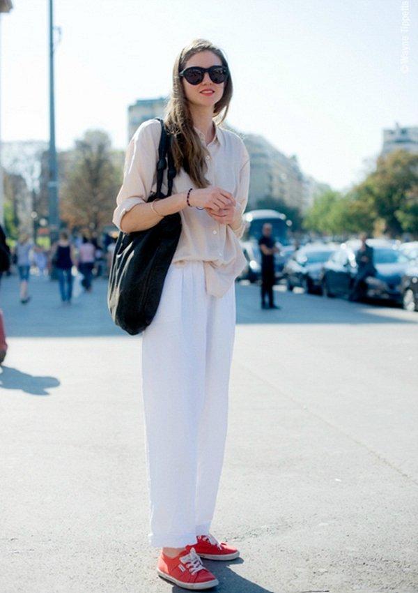 Кроссовки сбелыми брюками
