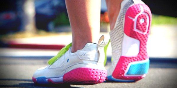 Кроссовки в контексте не спортивных образов