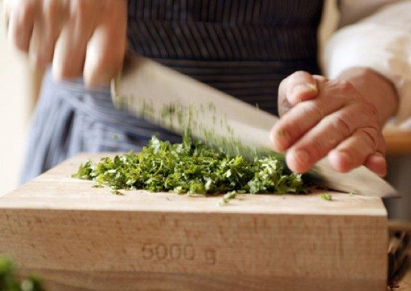 Весенняя зелень: как правильно ее нарезать, подготовить букет гарни и сделать песто в домашних условиях, видео-урок