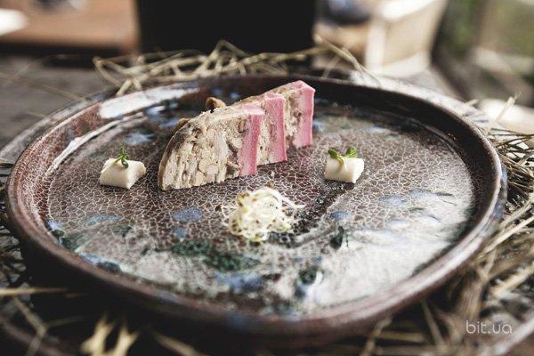 яблочно-груш пирог с ванильным соусом, лесн орехами и желе из черники