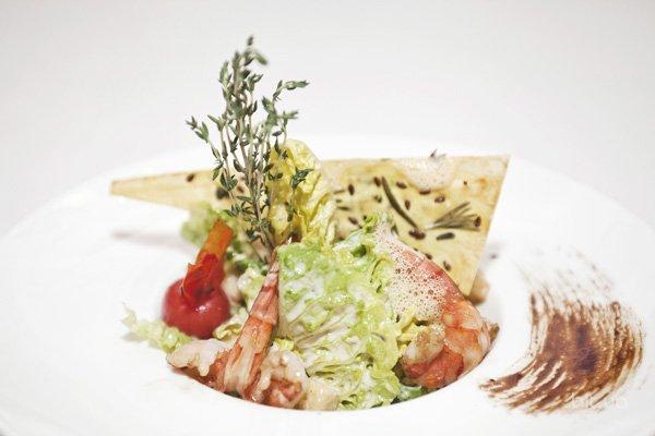 Салат цезарь подача в ресторане