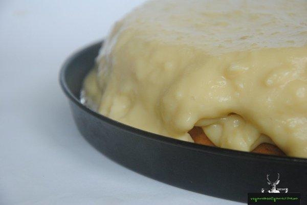 Вегано-блог: мягкий бисквит с желейным кремом из растительного молока и фруктовыми слайсами