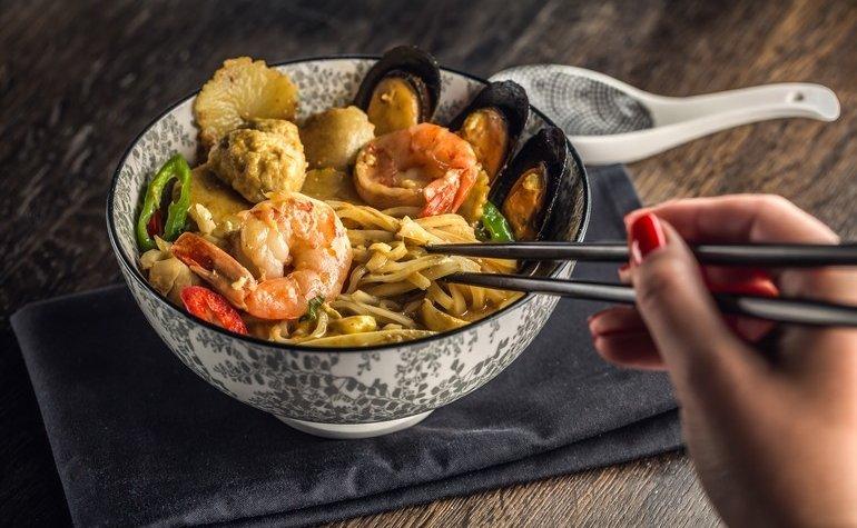 Лакса с морепродуктами и рисовой лапшой