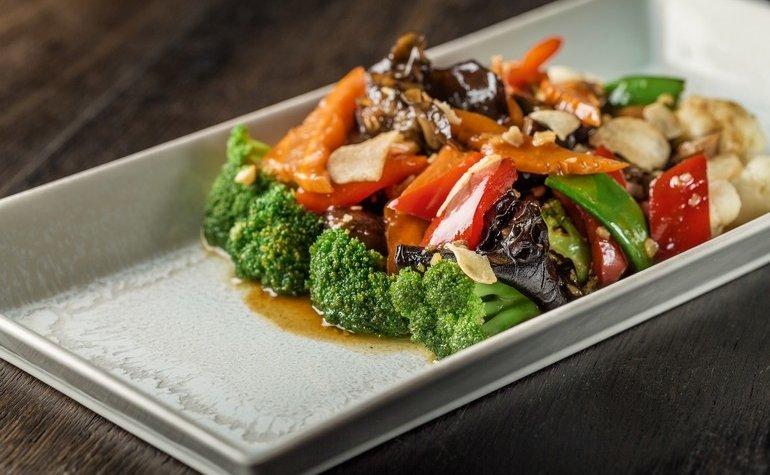 Овощи, жареные в WOK, с соевым соусом и чесноком