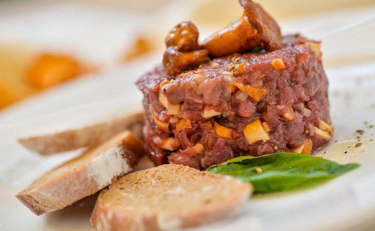 Тартар из телятины с лисичками и анчоусами