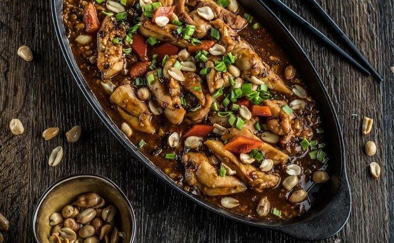 Курица с овощами и арахисом, приготовленная с устричным соусом в WOK