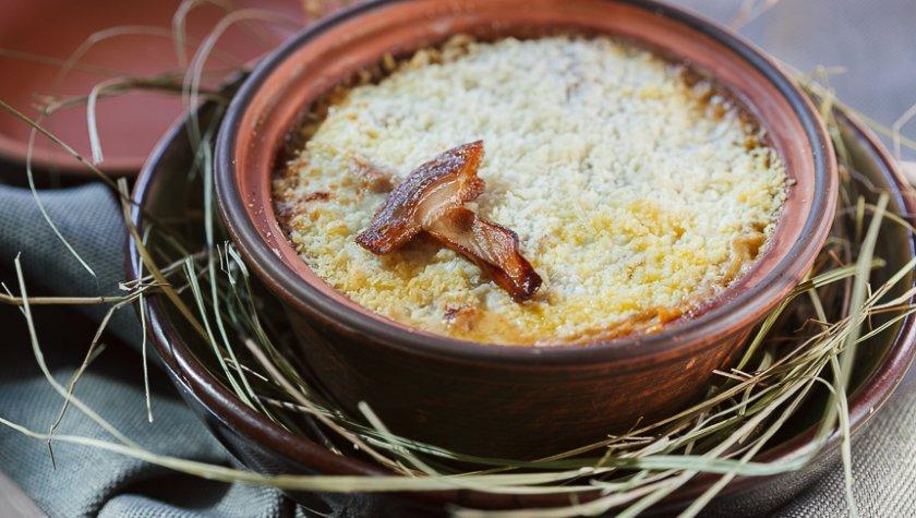 Запеченный поросенок в горшочке с картофелем, белыми грибами и сморчками, 185 грн.
