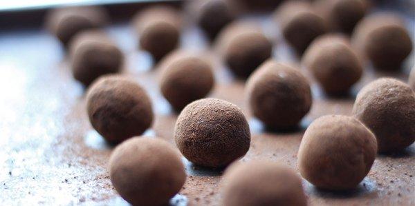 Полезные десерты: веганские кофейно-финиковые конфеты