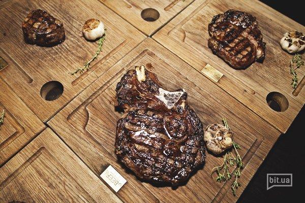 При жарке мясо лучше класть на сильно разогретую сковороду или на большой огонь, тогда поры мяса закроются, образуется твердая корочка и сок останется внутри