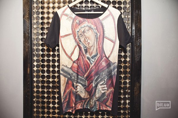 футболка с принтом — 500 грн
