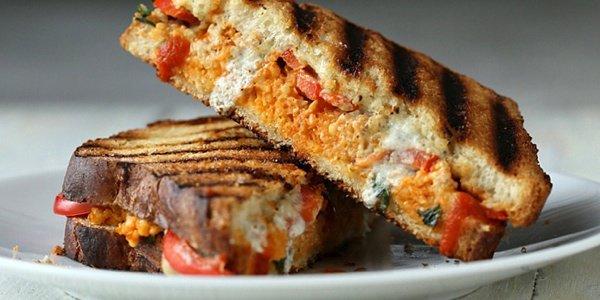 Три хлебные идеи на завтрак: простые тосты и два сендвича