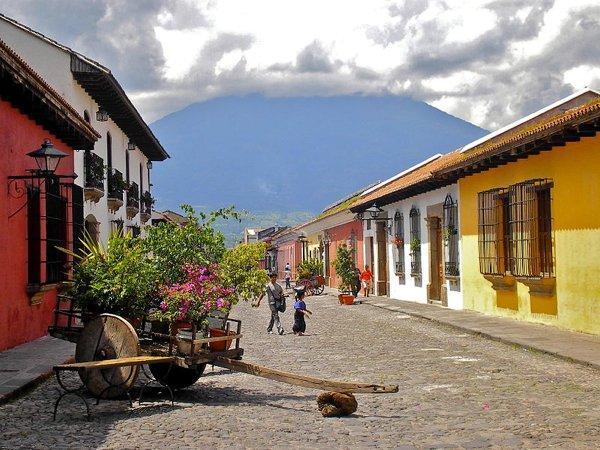 800px-Calle_del_Arco,_Antigua_Guatemala 1