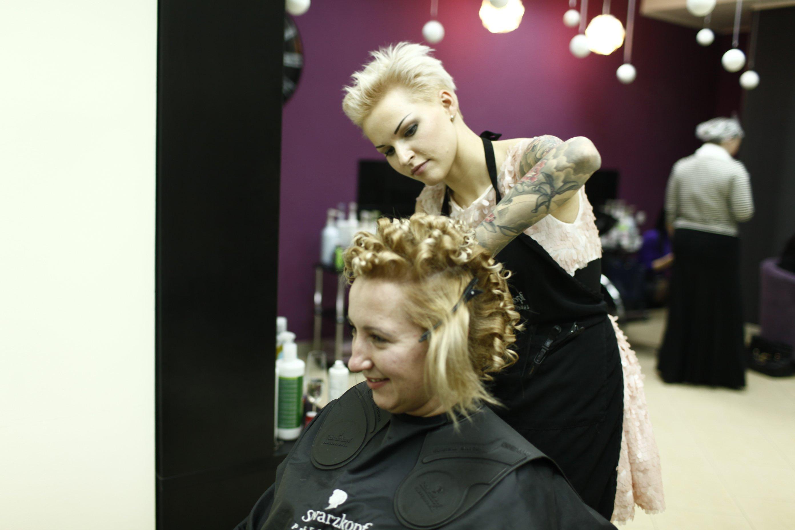 Юлия Синешева работает с клиенткой