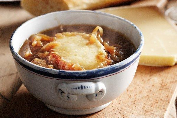 Три проверенных и вкусных рецепта лукового супа