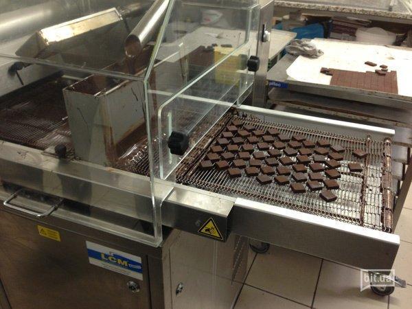 Вот так выглядят конфеты, когда их покрывают шоколадом
