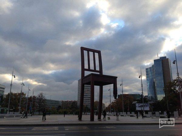 Знаменитый стул без одной ноги перед зданием ООН