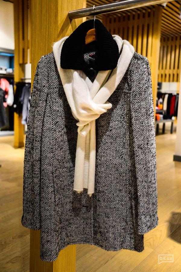 пальто Tommy Hilfiger, 2500 грн (с учетом скидки -50%); шарф Tommy Hilfiger, 500 грн (с учетом скидки -50%)