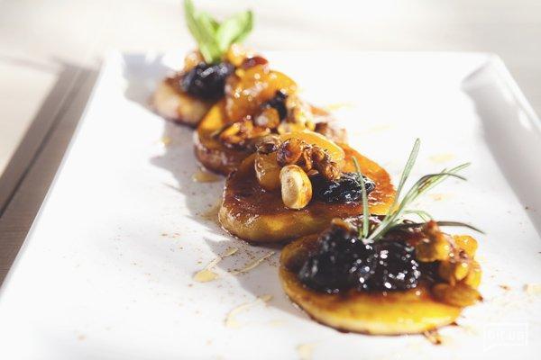 Полезные десерты: постное карамелзированное яблоко с черносливом, курагой, орехами и гречишным мёдом от шефа