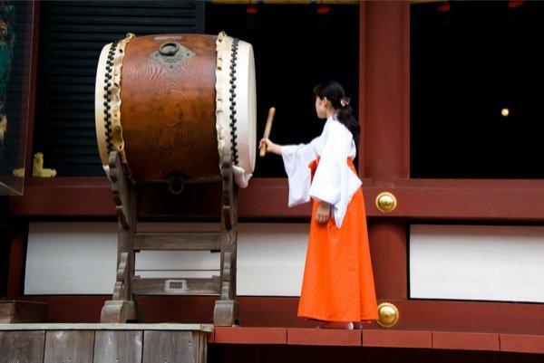 На территории храма Хачимангу, г. Камакура, регион Канто
