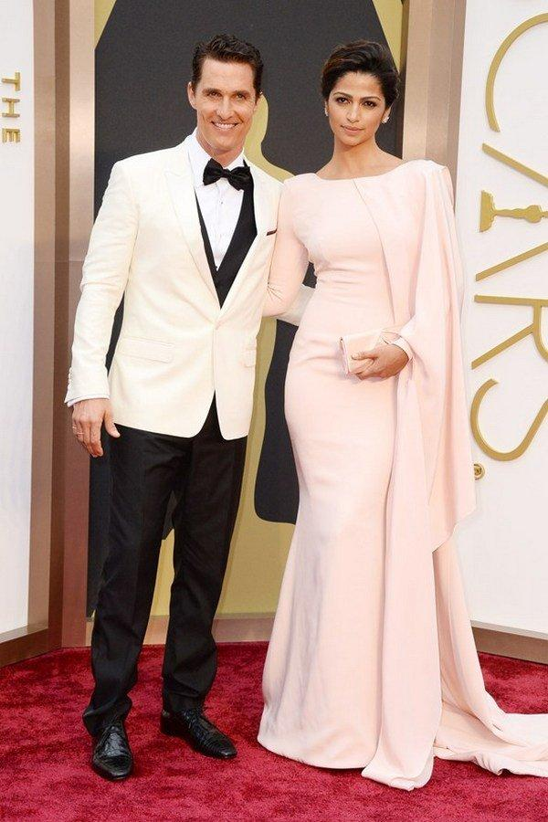 Меттью Макконахи в костюме Dolce & Gabbana и Камила Альвес в платье Gabriela Cadena