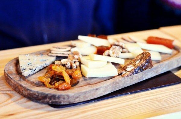 Как составить классическую сырную тарелку