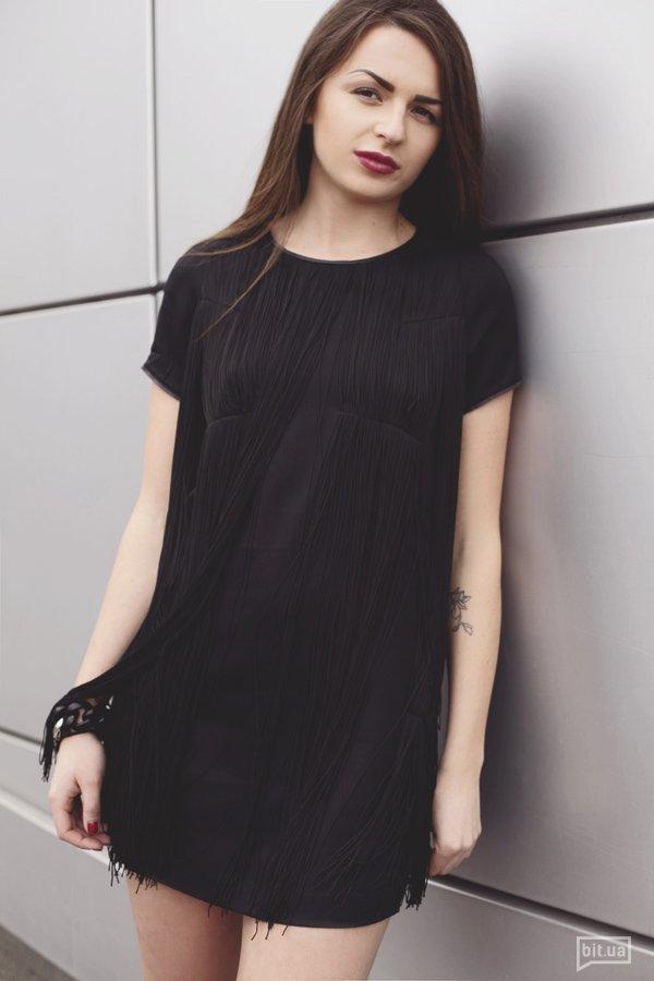 Платье G-STAR RAW — 3819 грн., браслет — собственность героини.