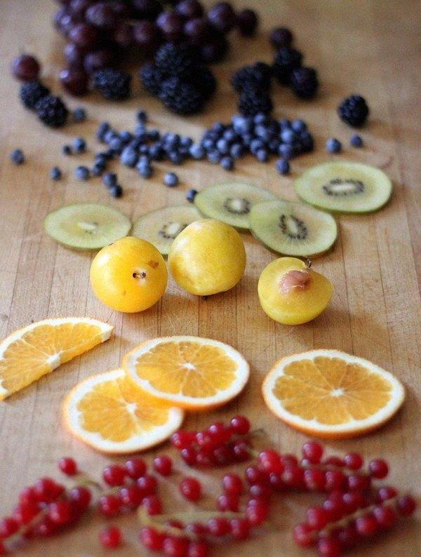 Полезные десерты: фруктовый йога-салат с кунжутной заправкой