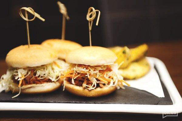 Мини бургеры с рваной свининой и сливовым соусом — 72 грн