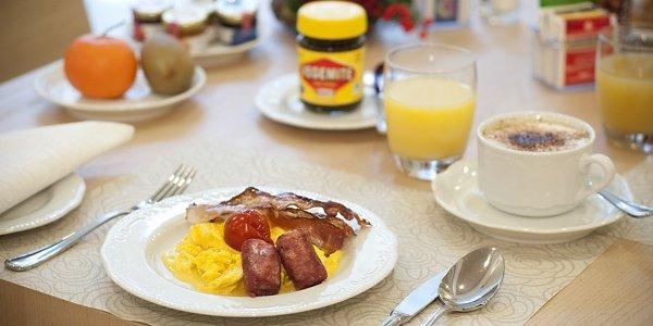 """Австралийскую кухню принято считать не самой разнообразной, однако многогранной. Английское влияние на кухню азиатско-тихоокеанского региона велико. Здесь, как и в Великобритании, любят большой завтрак из яиц, колбасок, фасоли и овощей, тосты, сладкие блины, бургеры, а запивают все соком или горячими напитками - чаем или кофе. О том, как проводить утро, как в Австралии - подробно и по порядку. Австралийский распорядок дня, прием еды в частности, крайне схож с британским. Здесь едят овощи и мясо, птицу и рыбу, сыры, достаточного много хлеба и картофеля. С одним нюансом: если мясо - то разнообразное, кроме привычных говядины, свинины и баранины в австралийском меню можно встретить мясо кенгуру, эму или крокодила. А барбекю австралийцы и вовсе считают национальной едой, не смотря на то, что на такое же мнение и права собственности посягают американцы. Какая главная еда в стране? """"Мясо!"""", - ответит любой австралиец.    А еще рыба и морепродукты, ведь страна-пятый континент со всех сторон омывается океаном. Мясо и рыбу здесь готовят на углях, сдабривая все травами или добавляя их на угли. Рыбу жарят мелкую и крупную, а еще маринуют, консервируют и запекают. Национальными блюдами считаются приготовленные барракуда, форель, запеченная в углях, лососевые и рыба барраманди, а еще севозможные ракушки. Здесь же стоит выделить, что каждый регион славен своими специалитетами: Сидней – устрицами, территории близ озера Боу – форелью, Коффин Бэй – гребешками, Тасмания – семгой и другими лососевыми.   Часто можно услышать, что австралийская кухня, на первый взгляд, может показаться безвкусной, особенно если сравнивать ее со славянской или кухнями азиатских стран. Но причина уважительная - в современной Австралии ценят здоровую пищу и этот тренд получил широкое распространение. Из безалкогольных напитков жители отдают предпочтение воде и фруктовым сокам. Из горячих напитков - чаю, но по большей части фруктовому и травяному, хотя британские традиции все еще имеют место быть. Тренд здо"""