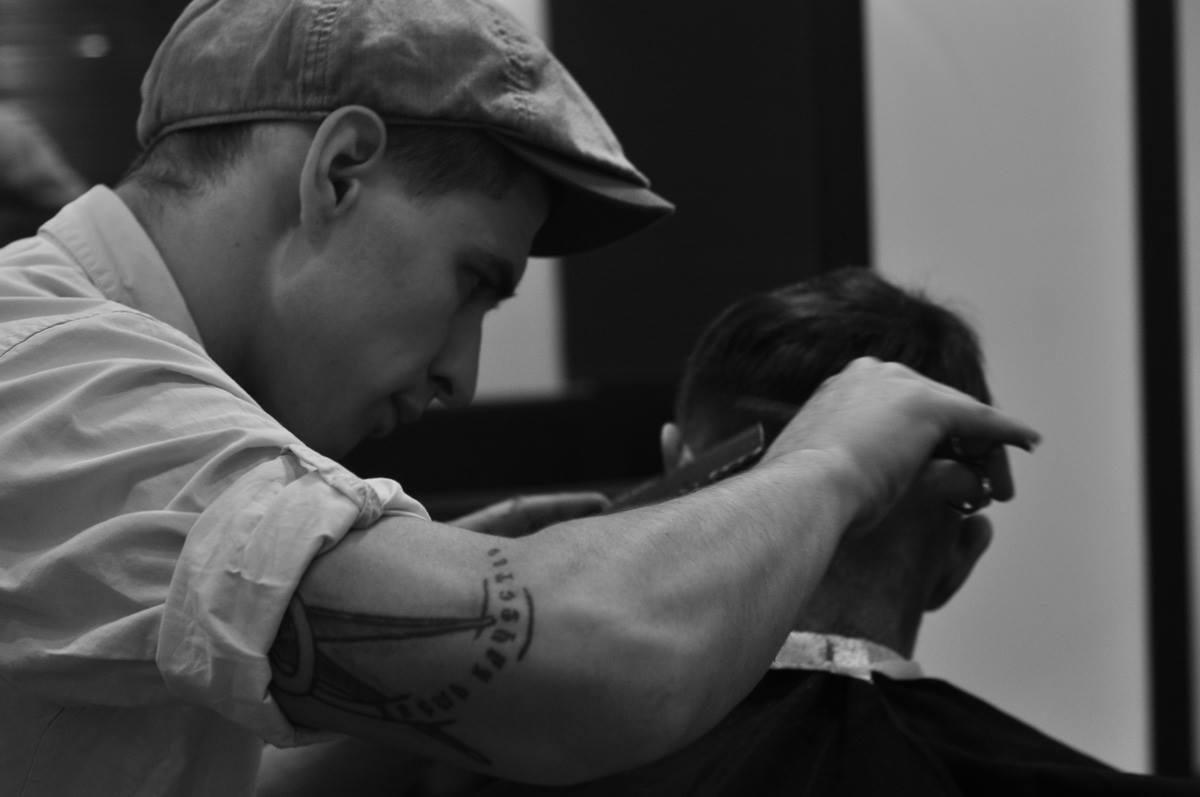 Cтилем кастомеров займется Tommy Gun Barbershop — мужская парикмахерская в стиле 1920-х годов.