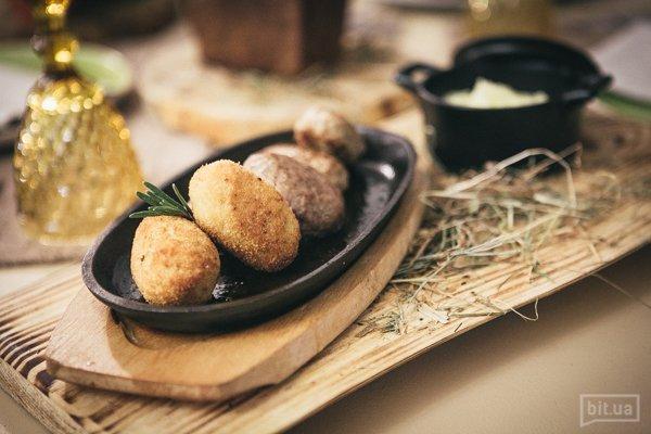 Сковорода котлет из свинины, телятины, кролика и курицы с картофельным пюре 300/150 145грн