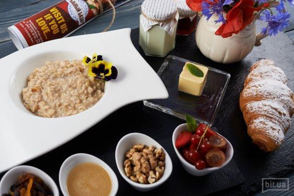 Овсяная каша с сухофруктами, медом и орехами — 69 грн