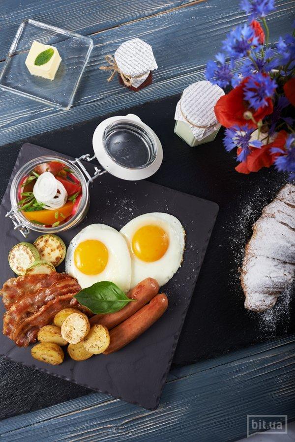Яичница из двух яиц, сосиски, сырокопченый бекон, овощи-гриль и салат из свежих овощей – 72 грн